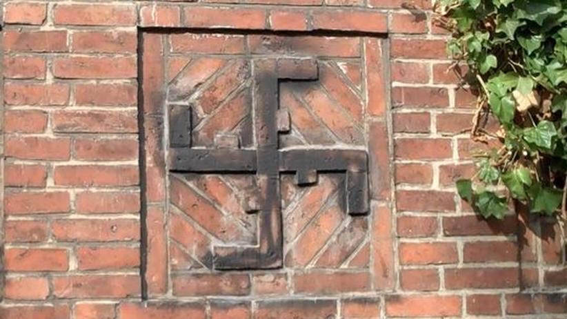 An der Außenwand der Turnhalle des Eimsbütteler Turnvereins (ETV) sind vier Kreuze als Relief angebracht, darunter dieses Turnerkakenkreuz
