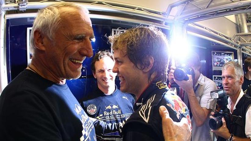 Dietrich Mateschitz (l) feiert mit Sebastian Vettel den Erfolg in der Formel 1