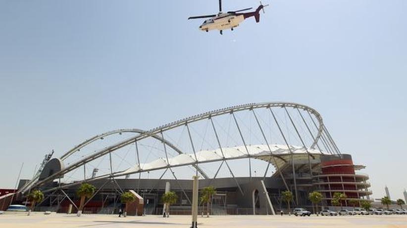 Die Fifa-Inspektoren kreisen im Hubschrauber im September über das Khalifa-Stadion in Doha, Katar