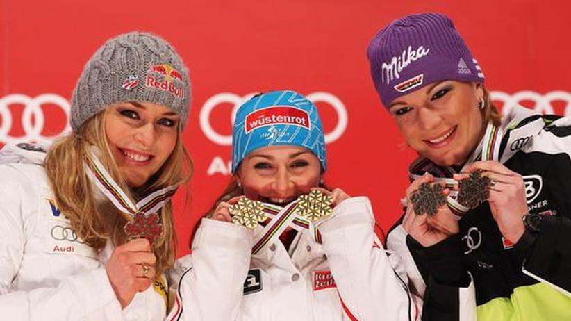"""""""Die Bronzemedaille ist wie Gold für mich"""": Maria Riesch (r.) mit Lindesy Vonn (l.) und Elisabeth Görgl"""