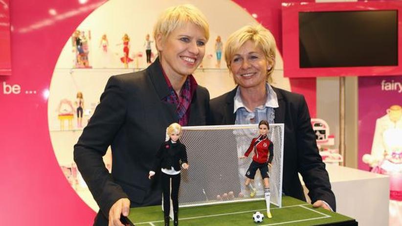 Doris Fitschen und die Bundestrainerin Sylvia Neid während der Präsentation der WM-Barbie