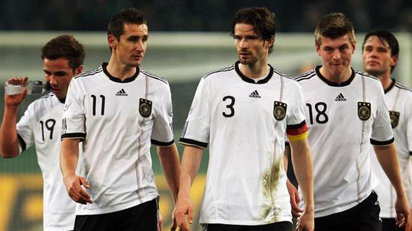 Mario Goetze, Miroslav Klose, Arne Friedrich, Toni Kross und Christian Träsch (von links) nach der Niederlage gegen Australien