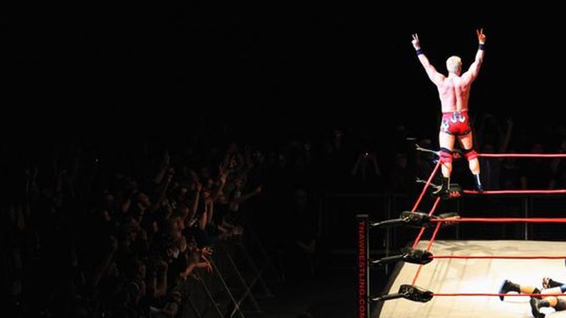 Ein Wrestler in einem Kampf in der Berliner O2-Arena