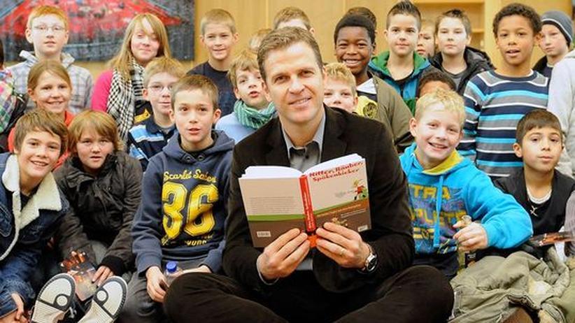 Oliver Bierhoff liest am Vorlesetag in einer Frankfurter Schule vor.