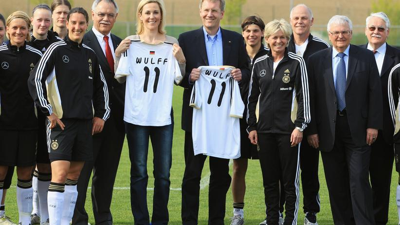 Bundespräsident beim Frauenfußball: Die Wulffs greifen zum Leibchen