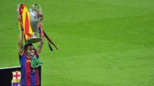 Dani Alves hält den Champions-League-Pokal in die Höhe