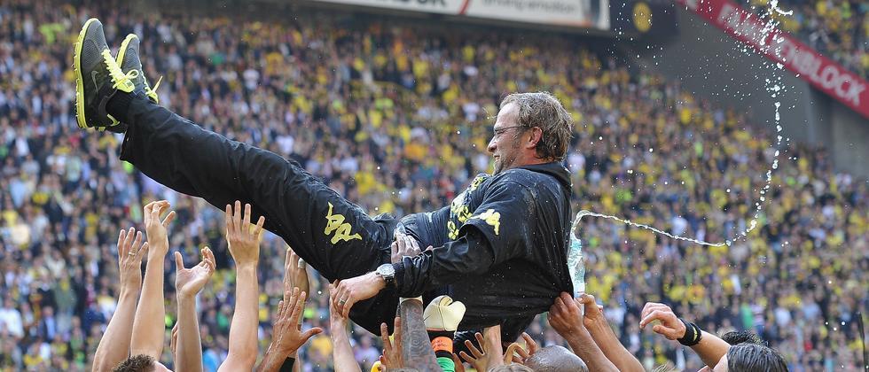 Jürgen Klopp wird auf Händen getragen.