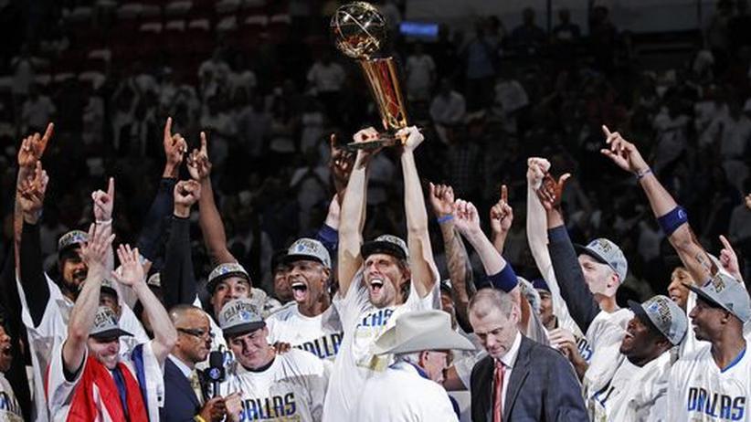 Basketball: Dirk Nowitzki (mit Trophäe) und seine Teamkollegen feiern den ersten Titelgewinn der Dallas Mavericks.