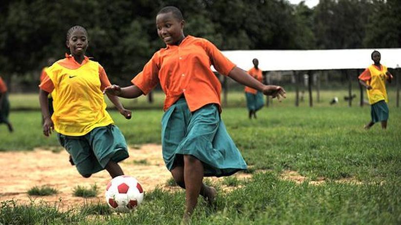 Kenianische Schulmädchen beim Fußballtraining