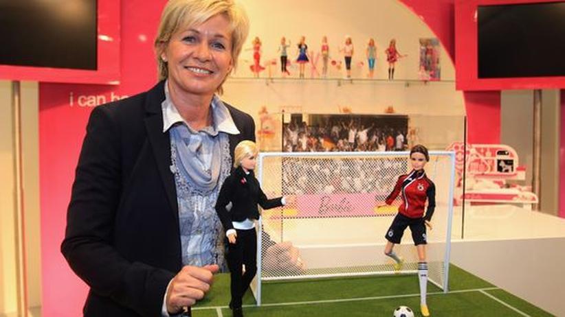 """""""Die Kommerzialisierung des Frauenfußballs lässt sich nicht vermeiden."""" Bundestrainerin Silvia Neid mit WM-Barbies."""