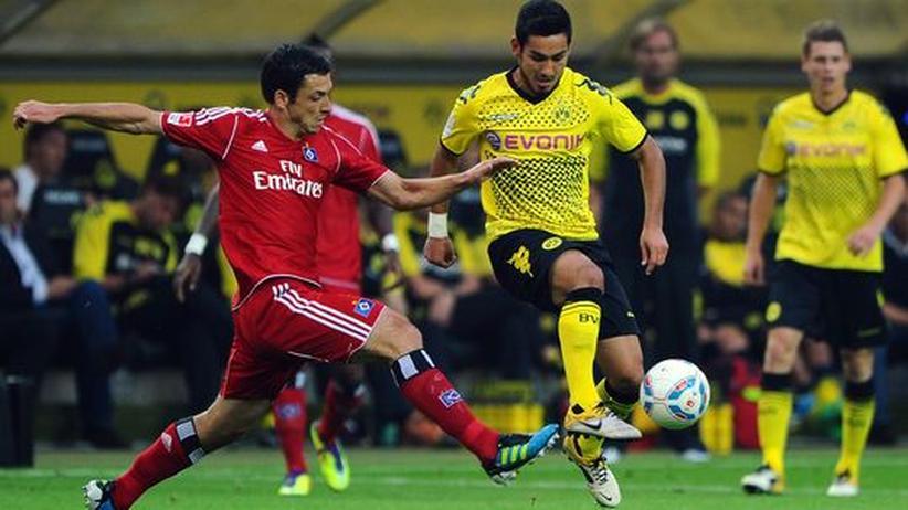 Nationalmannschaftsdebütant Ilkay Gündogan im Duell mit Hamburgs Gojko Kacar