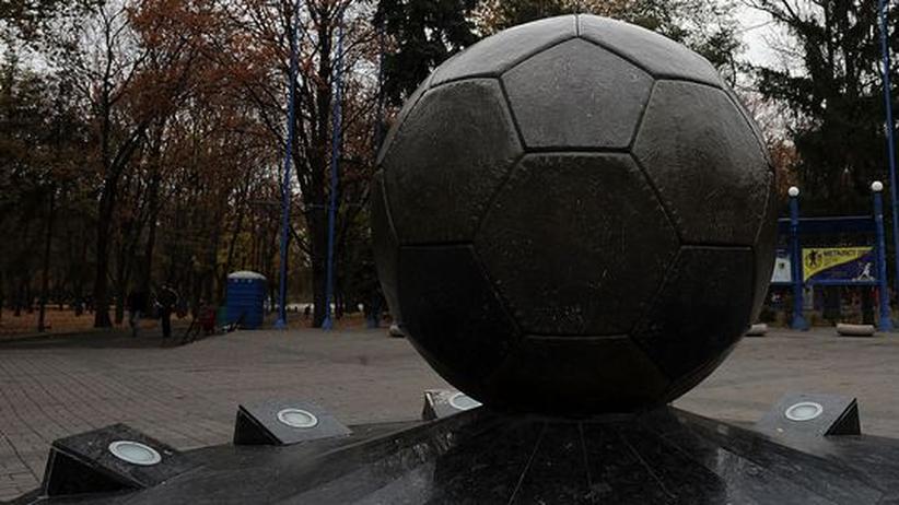 Korruption: Ein Statue vor dem Stadium in der ukrainischen Stadt Kharkov