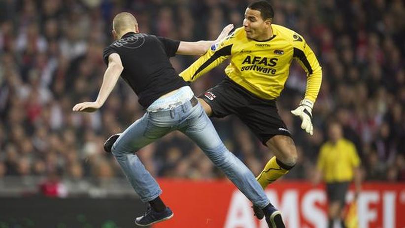 Gewalt im Fußball: Torwart tritt Fan