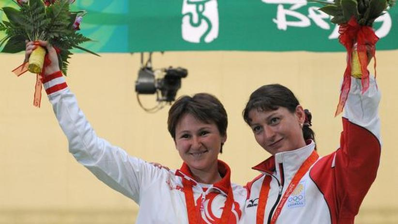 Natalia Paderina aus Russland und Nino Salukvadeze aus Gerogien umarmen sich bei der Olympia-Siegerehrung 2008