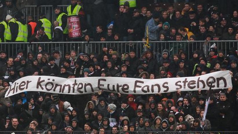 Corny Littmann: Fans des FC St. Pauli während des Heimspiel gegen Dynamo Dresden, das keine Auswärtsfans besuchen durften