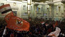 Familienmitglieder und Anhänger der Fußballfans warten am Bahnhof in Kairo auf die Ultras.