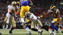 Roman Harper von den Saints tackelt Steven Jackson von den St. Louis Rams