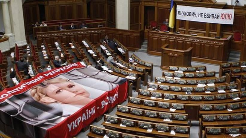 Abgeordnete der Opposition haben am gestrigen Mittwoch im ukrainischen Parlament mit zwei Plakaten gegen die Regierung protestiert.