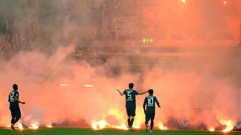 Fortuna-Hertha: Rücksichtslose Fans stürzen Relegationsspiel ins Chaos