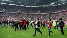 Beim Relegationsspiel waren Düsseldorfer Fans zwei Minuten vor dem eigentlichen Ende der Begegnung aufs Spielfeld gerannt.