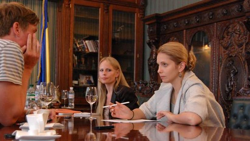 Jewgenija Timoschenko (rechts) mit ihrer Pressesprecherin Natalia Lysowa im Interview