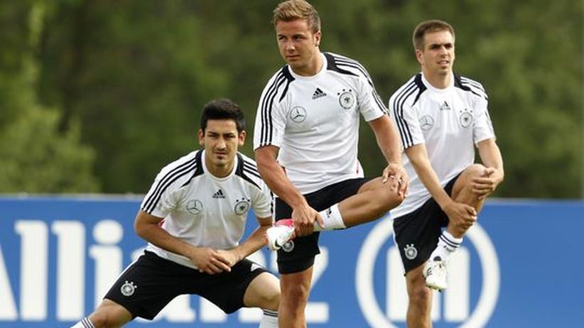 DFB: Die Nationalspieler Ilkay Gündogan, Mario Götze und Philipp Lahm beim Aufwärmen