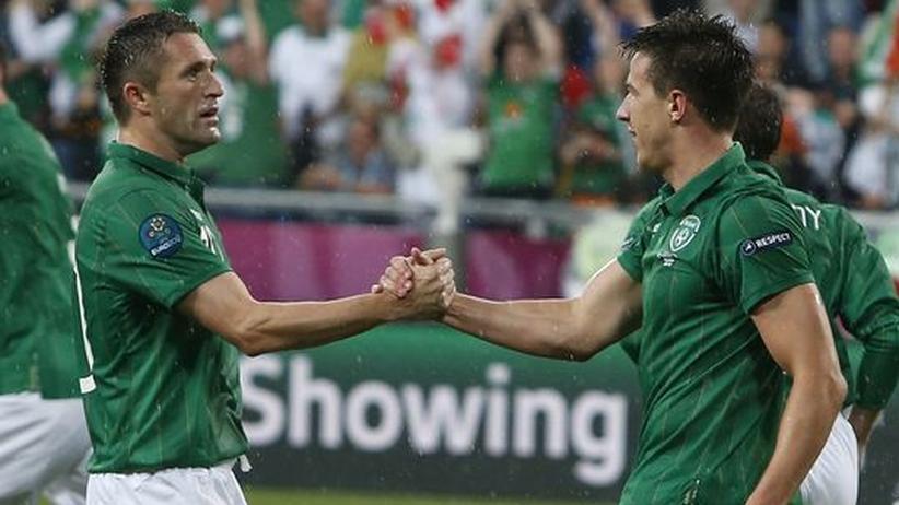 Irland – Kroatien: Robbie Keane (l) gratuliert Sean St. Ledger nach dem zwischenzeitlichen Ausgleich.