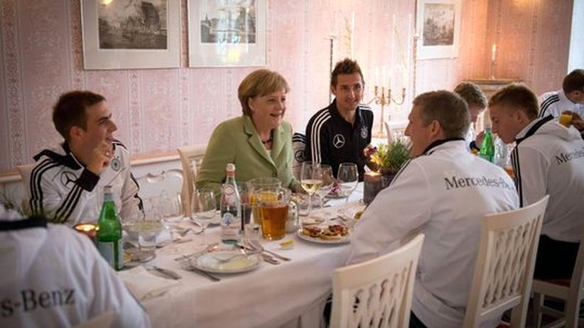 Europameisterschaft: Merkel guckt EM-Spiel gegen Griechenland im Stadion