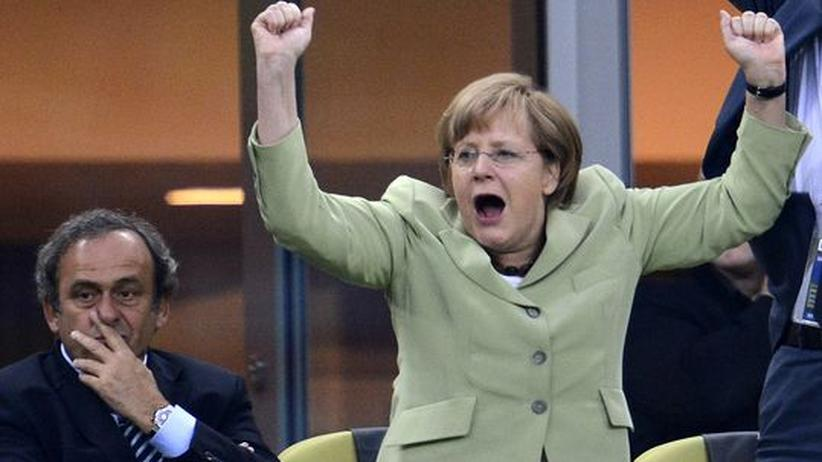 Michel Platini neben Angela Merkel im EM-Spiel Deutschland gegen Griechenland