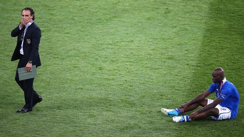 Der italienische Coach Cesare Prandelli und sein Stürmer Mario Balotelli im Moment der Siegerehrung