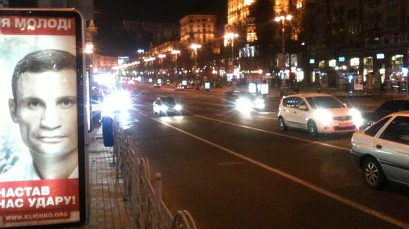 Ein Wahl-Plakat von Vitali Klitschkos Partei in Kiews Innenstadt
