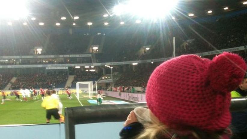 Kinder im Fußballstadion: Böller, Kakao, Dosenbier