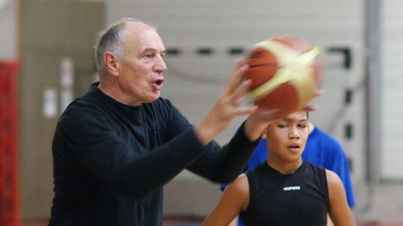Holger Geschwindner beim Training in Bamberg