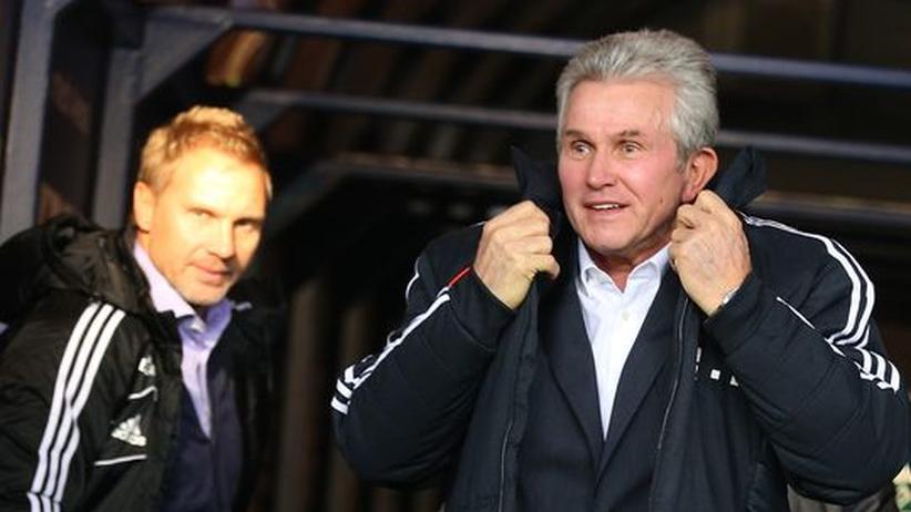 Thorsten Fink (links) und Jupp Heynckes auf dem Weg durch die Mixed Zone zur Pressekonferenz