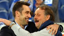 Herthas Manager Michael Preetz umarmt Peter Neururer (rechts) während des Zweitligaspiels MSV Duisburg gegen Hertha BSC.