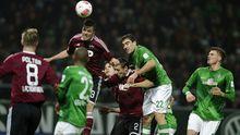 Die Spieler von Nürnberg und Werder kämpfen um den Ball.