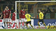 Die Dortmunder Mario Götze (r.) und Marco Reus feiern Götzes Tor gegen Hannover 96.