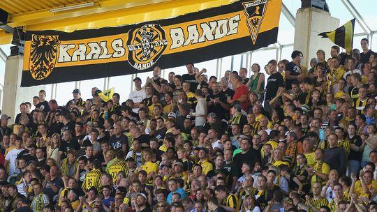 Aachen-Fans und Banner der Karlsbande bei einem Zweitligaspiel im August 2010
