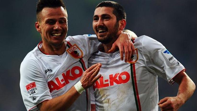 Fußball-Bundesliga: Augsburg siegt in Düsseldorf, Nürnberg punktet glücklich