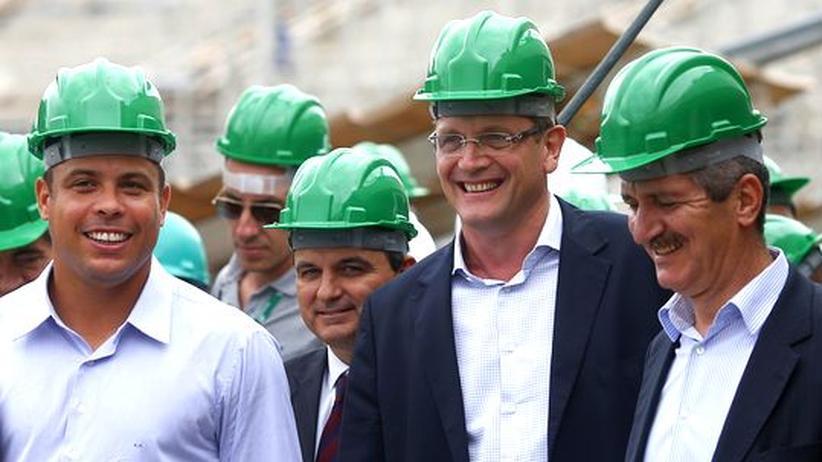 WM-Organisationskomitee-Mitglied Ronaldo, Fifa-Generalsekretär Jerome Valcke und Brasiliens Sportminister Aldo Rebelo auf der Baustelle des Maracanã