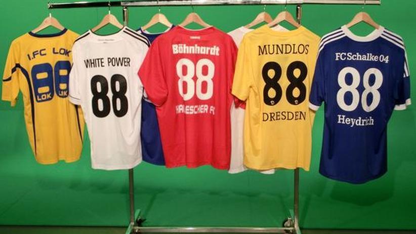 Bundesliga-Vorschau: Bestellung angenommen: Zahlreiche Vereine ließen es zu, dass Trikots mit Nazi-Verweisen angefertigt wurden.
