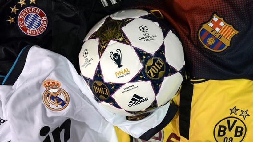 Philosophisches Armdrücken: Fußballmanie lässt die Politik dahinsiechen