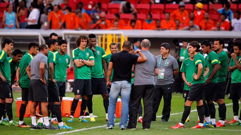 Brasilien: BRASILIA, BRAZIL - JUNE 14: Brazil Coach, Luiz Felipe Scolari speaks to former Brazil player Cafu in front of the squad during the Brazil Training Session at the FIFA Confederations Cup 2013 at Estadio Nacional on June 14, 2013 in Brasilia, Brazil. (Photo by Dean Mouhtaropoulos/Getty Images)