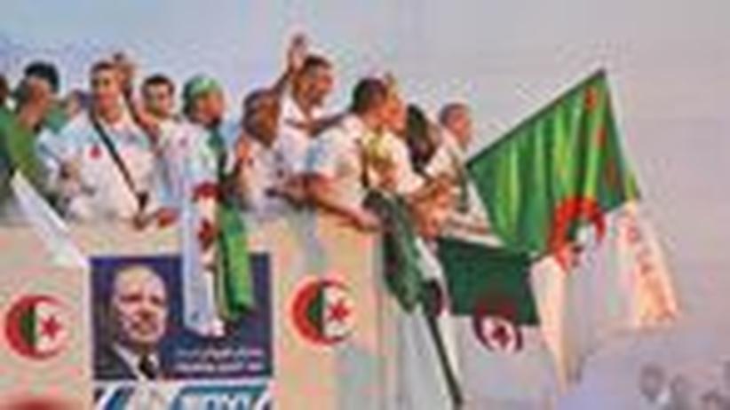 Politik-Studie: Im November 2009 feiern algerische Fußballnationalspieler ihren Sieg über Ägypten im WM-Qualifikationsspiel.