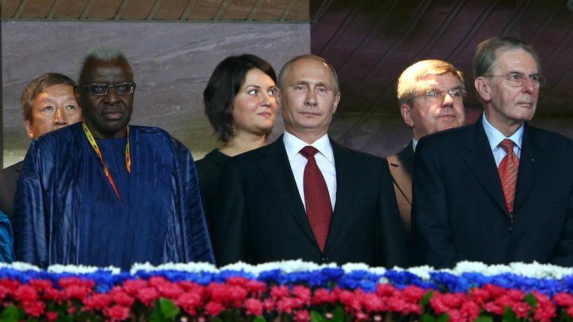 Internationales Olympisches Komitee: Zuschauer der WM in Moskau: Wladmir Putin neben Jacques Rogge (rechts), im Hintergrund Thomas Bach, Lamine Diack, der Präsident der Leichtathleten (links)