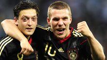 Die deutschen Nationalspieler Özil und Podolski (rechts)