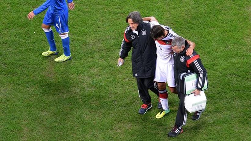 Fußball-Nationalmannschaft: Sami Khedira wird nach seiner Verletzung von Ärzten vom Platz begleitet.