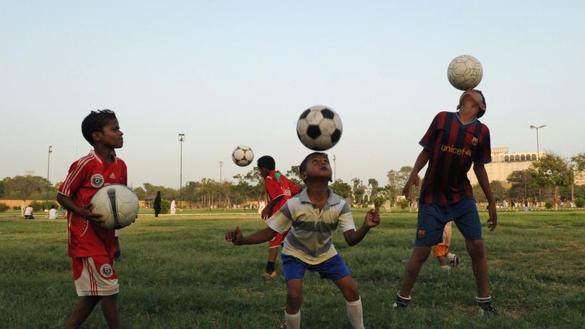 Junge Fußballer in Pakistan