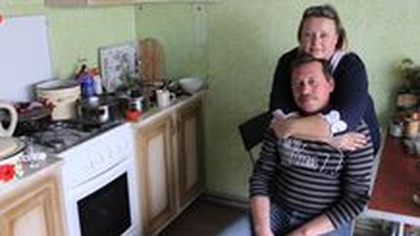 Angela Zilberg und ihr Mann in ihrer Übergangswohnung