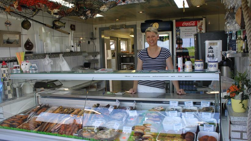 Kolumne Stimmen Brasiliens: Myriam Böhm ist die gute Seele des Fischimbiss' und Tochter seines Besitzers in Personalunion.